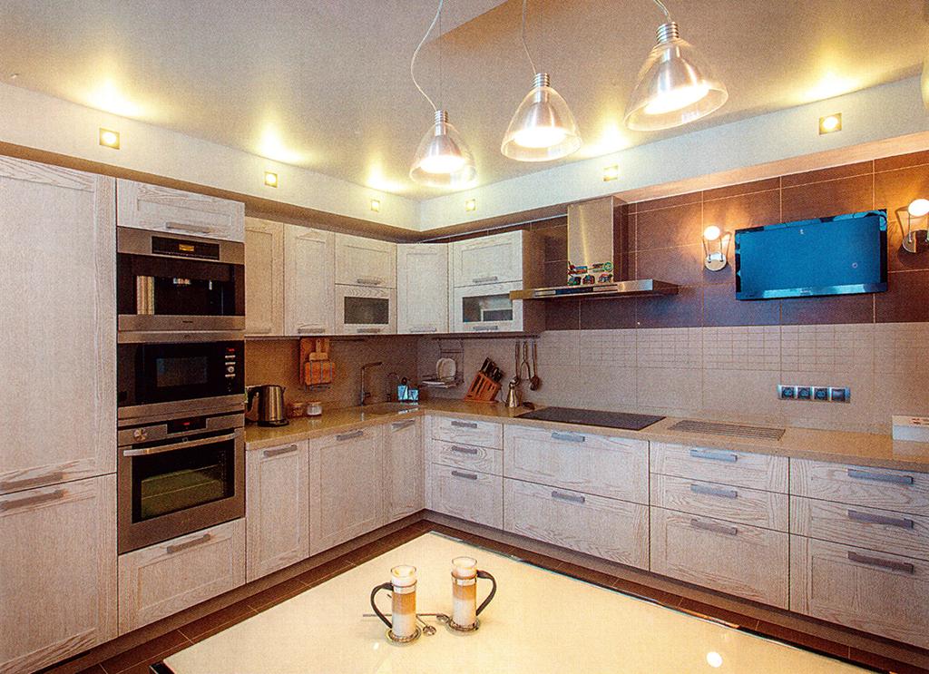 2.Кухня. Площадь — 13,5 м2. Мебель — «Стильные кухни» (Россия). Максимально функциональное помещение визуально перекликается с гостиной
