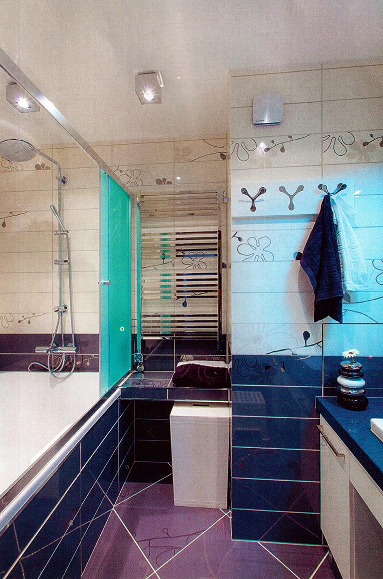 5.Ванная. Площадь — 4,7 м2. Спокойная палитра керамической плитки (графитовый, молочный с орнаментом) разбавлена бирюзовым цветом шторки