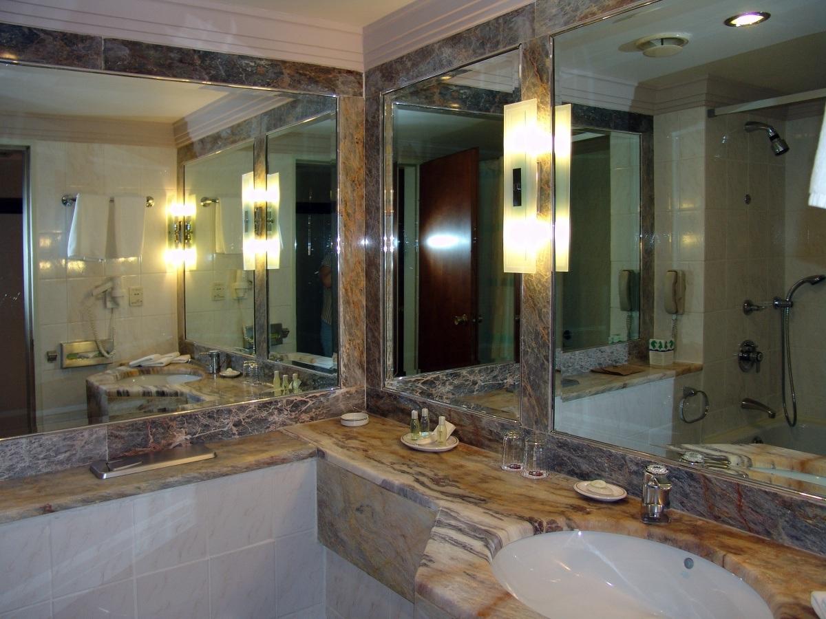 Зеркала в ванной комнате.