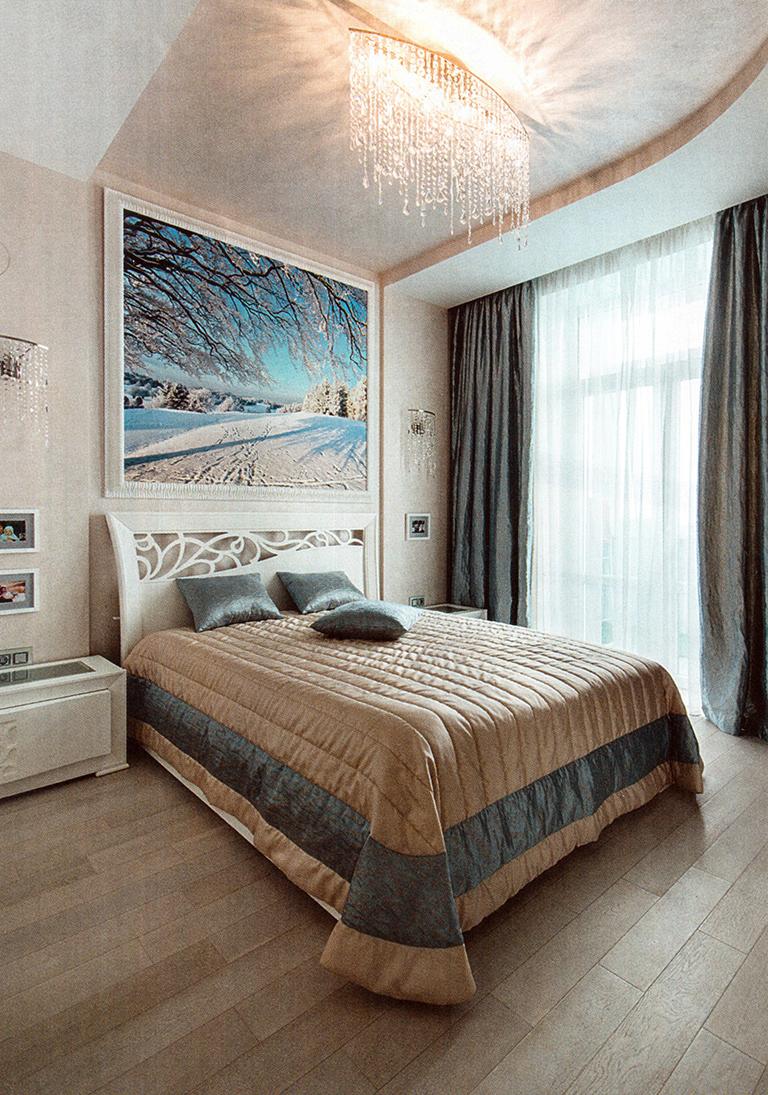 Спальня. Площадь —11,6 м2. Мебель — Signorini & Сосо (Италия). Массивная доска — Coswick (Канада — Беларусь). Покрытие стен - Virteso, коллекция Capolavoro (Италия)