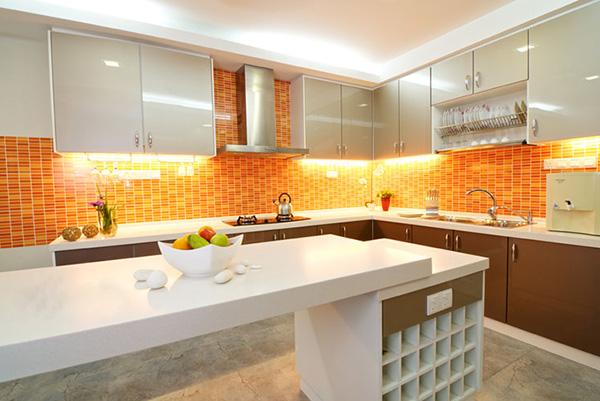 белая кухня с оранжевым
