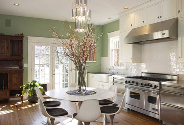 цветы в интерьере белой кухни