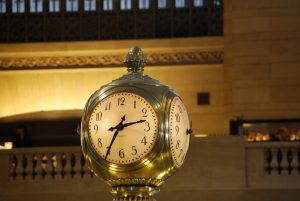 Напольные часы становятся явной тенденцией в обстановке отечественных квартир и домов
